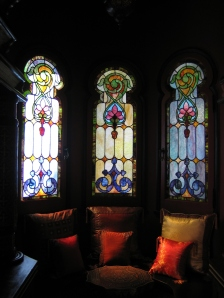 One of the small sitting areas, with red lotus windows